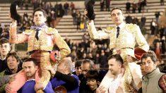 López Simón y Enrique Ponce salen a hombros este domingo en Valencia (Foto: Efe).