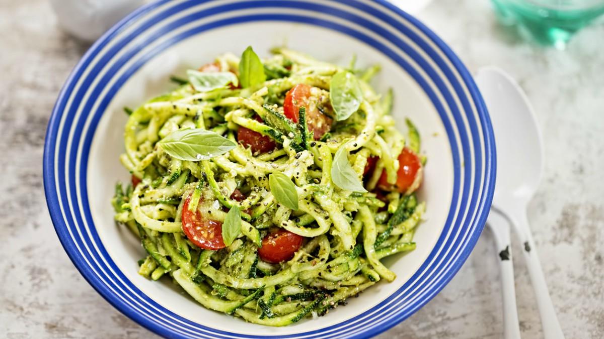 Receta de espaguetis de calabacín con salsa de tomate y albahaca