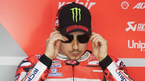 Jorge Lorenzo tuvo que abandonar la primera carrera del mundial de MotoGP de una forma accidentada, tirándose de su Ducati en marcha porque ésta se había quedado sin frenos. (Getty)