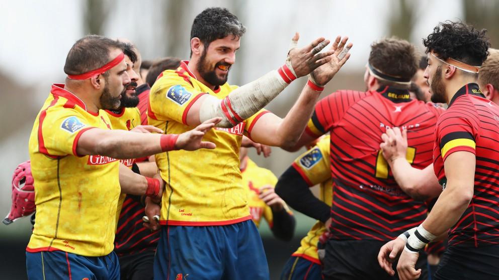 Los jugadores de España protestan una decisión arbitral. (Getty)
