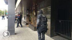 Agentes en el consulado de Mali en Barcelona (Foto: @Undercover_Camo)