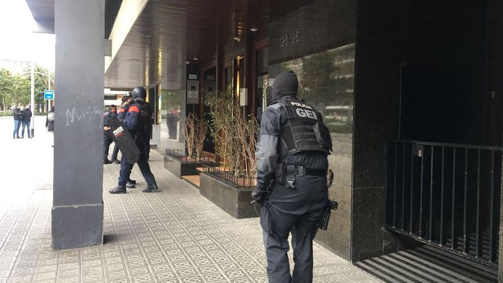 Un hombre sin papeles mantiene retenida a la mujer del for Trabajos en barcelona sin papeles