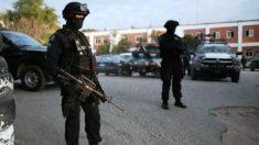 Dos policías de México vigilan el lugar de un tiroteo.