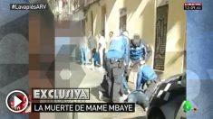 Dos agentes municipales atienden al inmigrante de Lavapiés