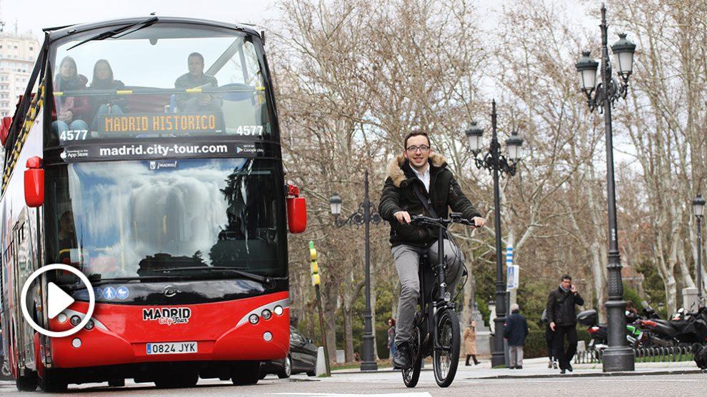 El redactor de Okdiario, dando un paseo con la nueva bicicleta Kymco.