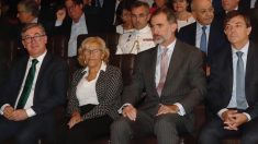 Manuela Carmena y el Rey Felipe VI. (Foto. Madrid)