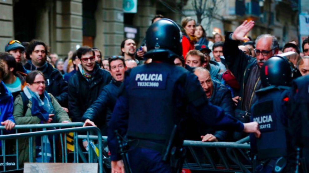 Agentes de los Mossos bloquean protestas separatistas en Barcelona.