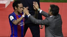 Neymar y Luis Enrique se saludan durante un partido con el Barcelona. (AFP)
