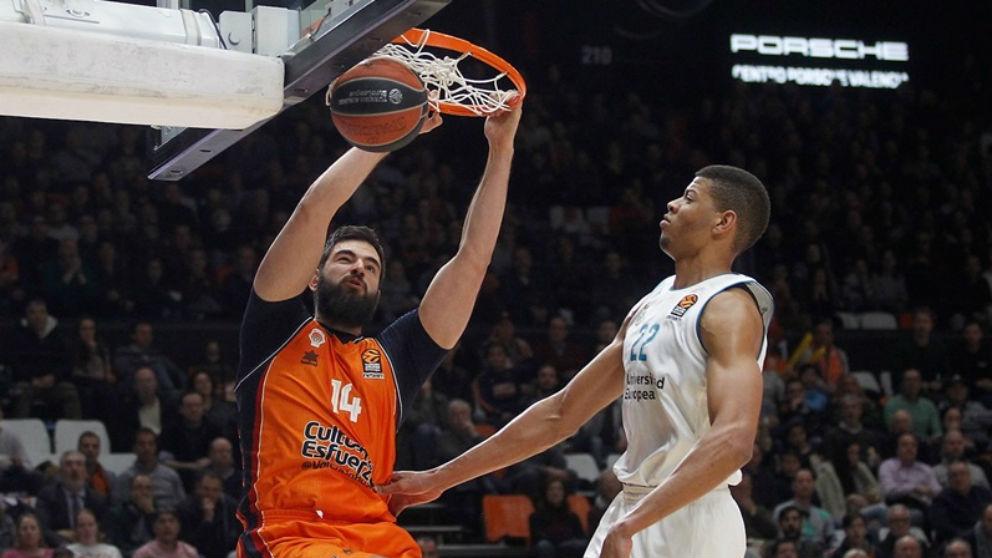 Bojan Dubljevic machaca el aro en el Valencia Basket – Real Madrid de la Euroliga. (euroleague.net)