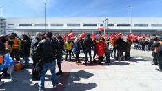 Trabajadores de Amazon frente a la sede de la empresa en San Fernando de Henares (Madrid) en la primera jornada de huelga (Foto:Efe/Fernando Villar)