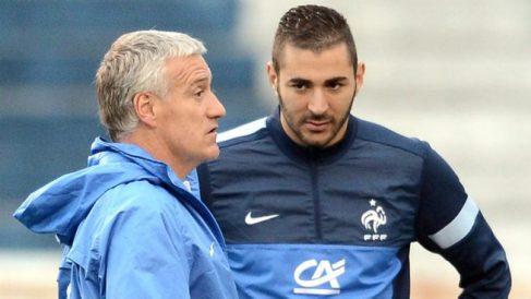 Deschamps junto a Benzema durante una concentración de la selección francesa. (AFP)