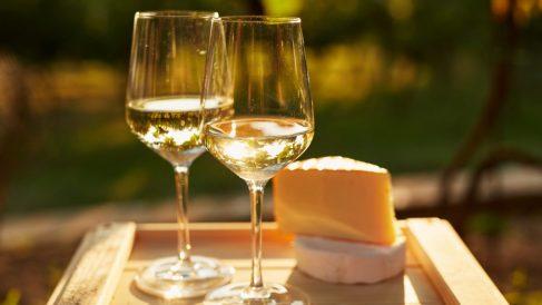 Dos copas de vino blanco listas para el aperitivo. (Foto. Istock)