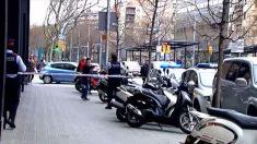 Los Mossos acordonan las calles adyacentes al consulado de Mali en Barcelona durante el suceso.