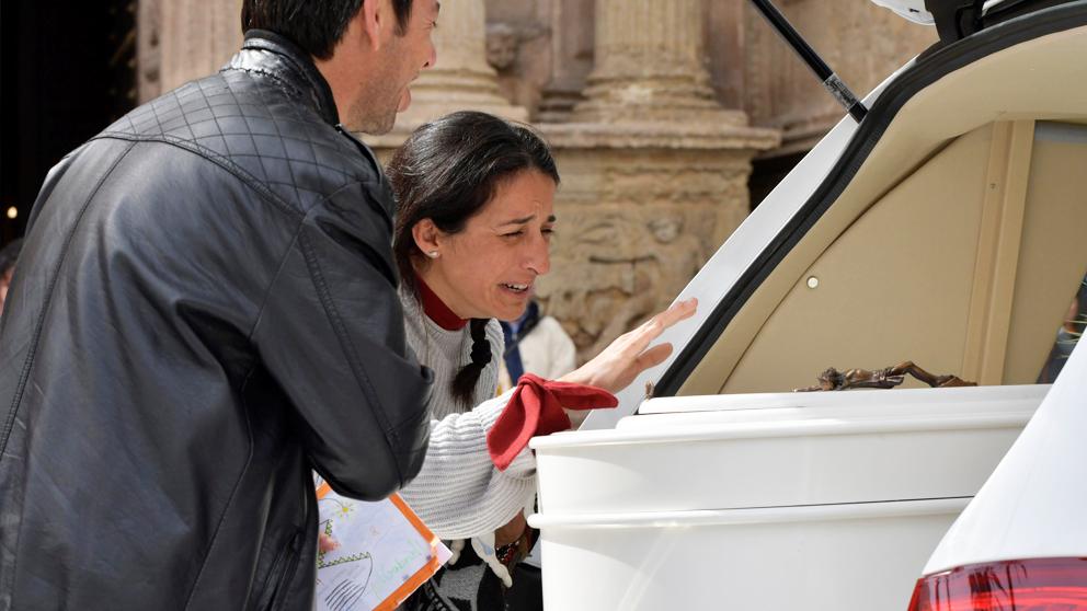Patricia Ramírez y Ángel Cruz, los padres de Gabriel Cruz, lloran ante el féretro de su hijo tras el funeral. (Foto: EFE)