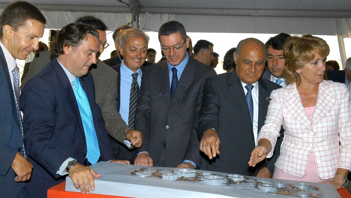 Alberto Ruiz Gallardón y Esperanza Aguirre contemplan la maqueta del Campus de la Justicia, en septiembre de 2005 (Foto: EFE).