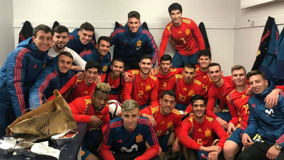 Los jugadores de la selección española Sub 21 celebran el triunfo frente a Irlanda del Norte.