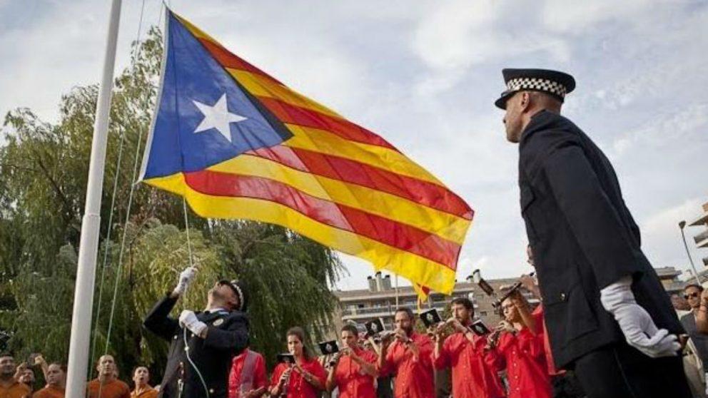 Mossos izando una bandera estelada en Vic (Foto: Facebook).