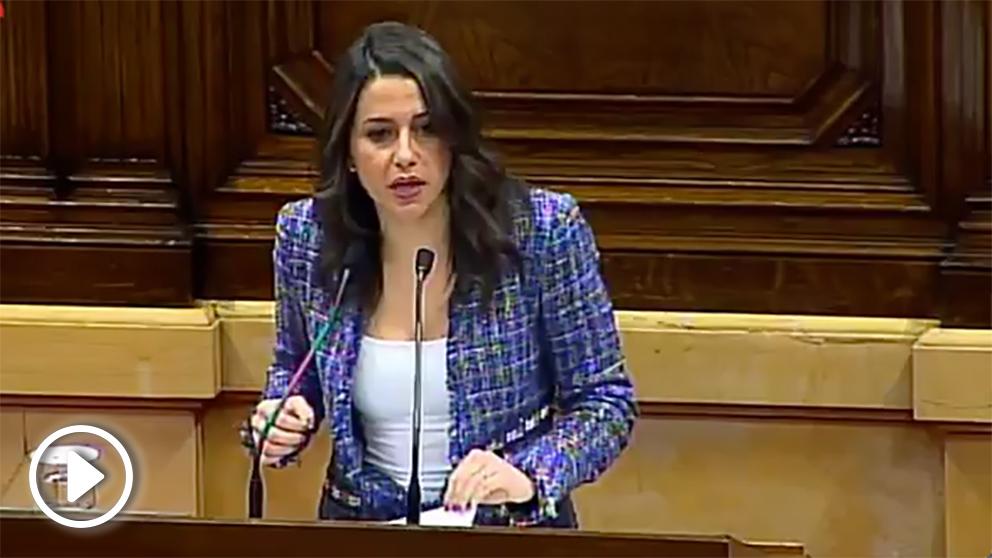 La presidenta de C's en Cataluña, Inés Arrimadas, se dirige a Turull en su pleno de investidura.