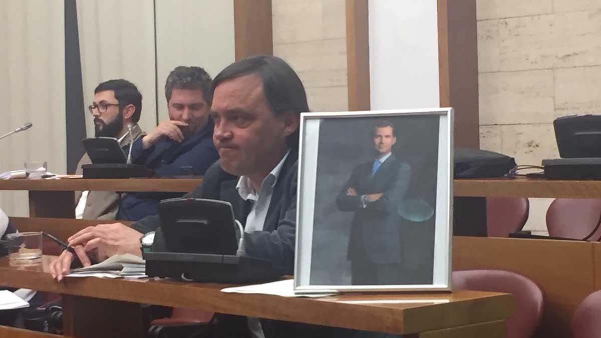 El PP ha puesto una foto de Felipe VI en su bancada en el salón de plenos de Sabadell.