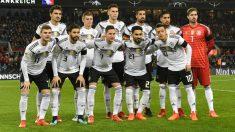 La selección alemana posa antes del duelo contra Francia en noviembre de 2017. (AFP)