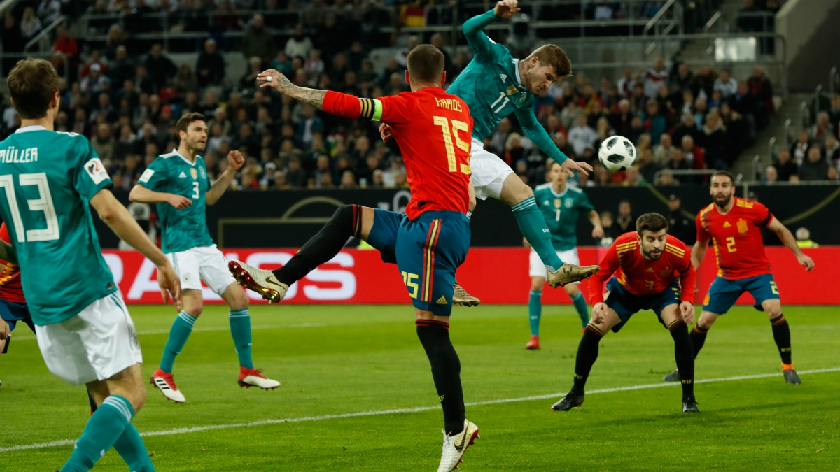 Sergio Ramos observa el balón durante el partido ante Alemania. (AFP)