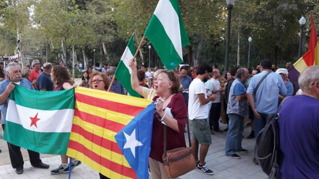 Manifestación con banderas independentistas (Foto:Twitter)