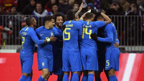 La selección brasileña celebra el primer tanto del partido, obra del ex del Atlético, Miranda (AFP).