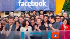 Zuckerberg junto a miembros de equipo.