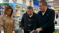 Chicote acompaña a una familia a la compra en 'Comer bien por menos'. (Foto: LaSexta)