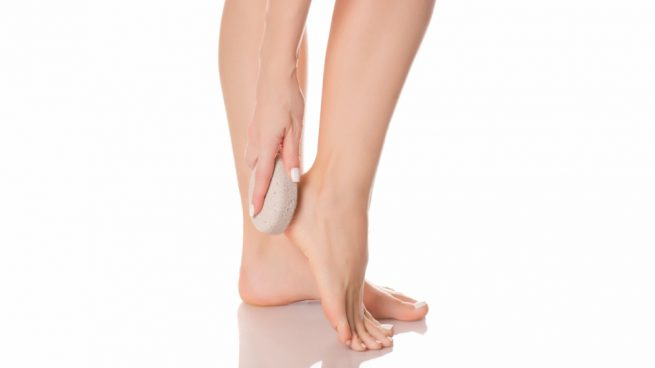 Aprende cómo se usa la piedra pómez correctamente para cuidar tus pies. 8e8cc2cd5d6