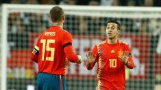 Sergio Ramos y Thiago durante un partido con España. (AFP)