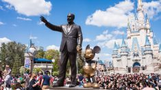Estatua de Walt Disney y Mickey Mouse frente a Disney World.