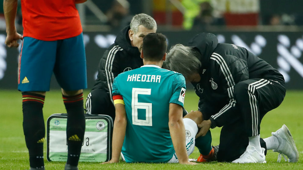Khedira es atendido por los médicos de la selección alemana. (AFP)
