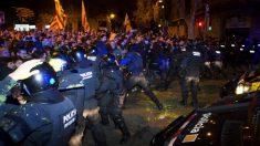 Los mossos cargan en la Delegación del Gobierno.