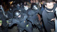 Mossos d'Esquadra durante las protestas por la detención de Puigdemont.