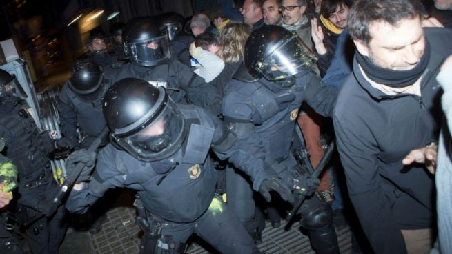 Mil mossos han pedido ya pasarse a la Policía y otros 6.000 esperan a que se abra la puerta