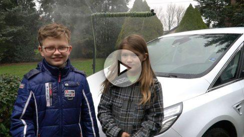 Mantener limpio el parabrisas de nuestro coche puede hacerse respetando el medio ambiente gracias a un invento ideado por dos niños.