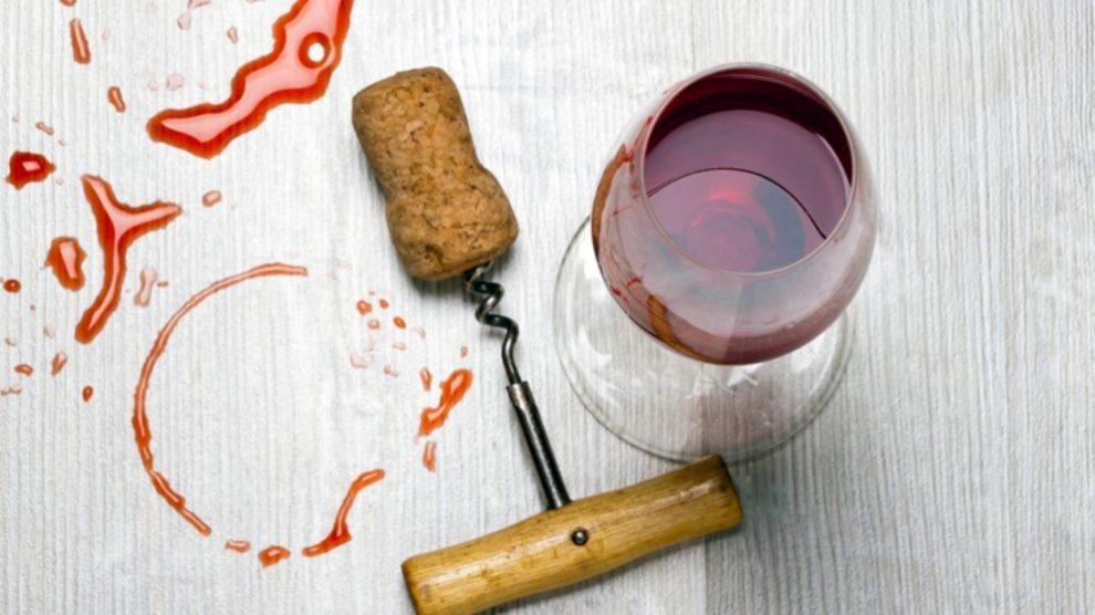 Pasos para quitar las manchas de vino tinto con remedios naturales