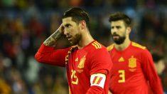 Sergio Ramos y piqué durante un partido de España. (AFP)