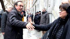 Josep Rull se despide de su mujer en la puerta del Supremo (Foto: Efe).