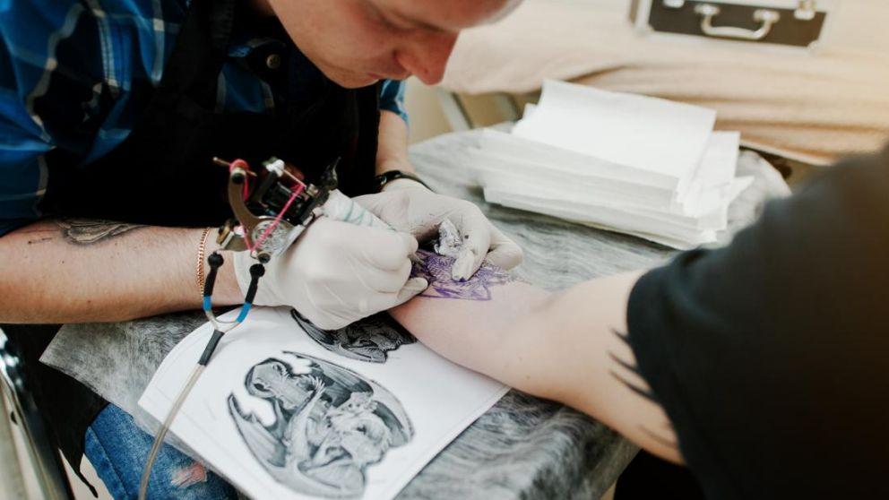Todo lo que debes hacer para saber cómo curar los tatuajes infectados.
