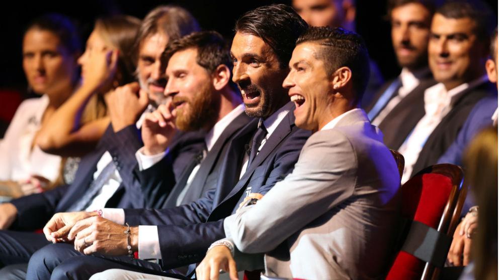 Cristiano, Messi y buffon durante la entrega del premio The Best. (AFP)