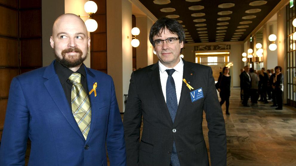 El diputado finlandés Mikko Kärnä y Puigdemont el pasado jueves en Helsinki (Foto: AFP).