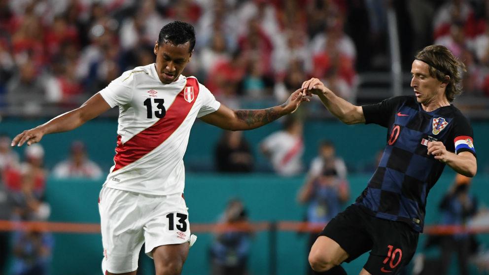 Luka Modric disputa un balón ante Perú. (Getty)