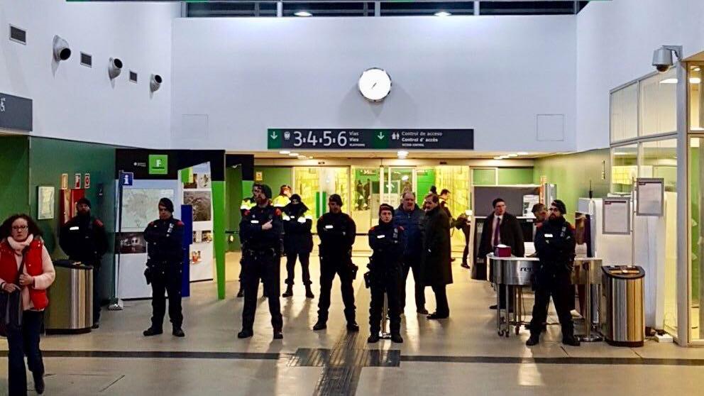 Mossos d'Esquadra blindando la estación de AVE.