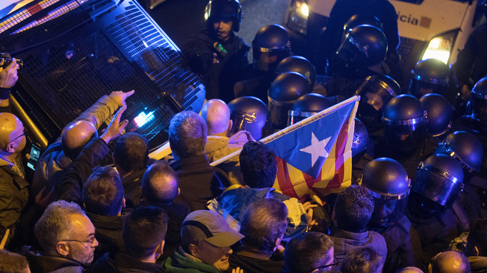 Disturbios en Barcelona entre Mossos e independentistas.
