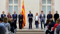 Roger Torrent, presidente del Parlament, junto a diputados independentistas. (Foto: AFP)