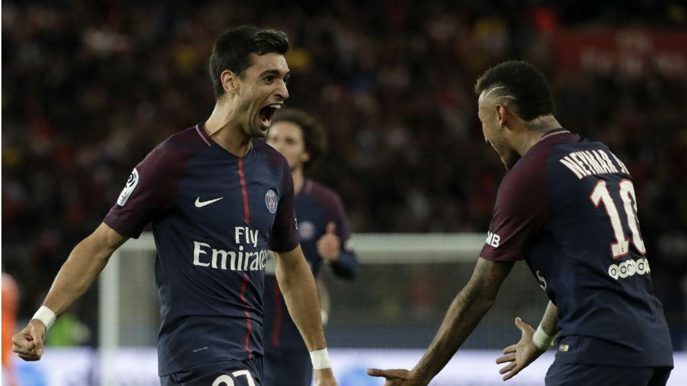 Pastore celebra un gol con Neymar. (AFP)
