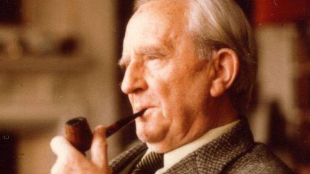 John Ronald Reuel Tolkien, J. R. R. Tolkien,  fue un escritor, nacido en Sudáfrica.