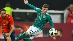 Werner presionado por Carvajal en el pasado partido ante España. (AFP)